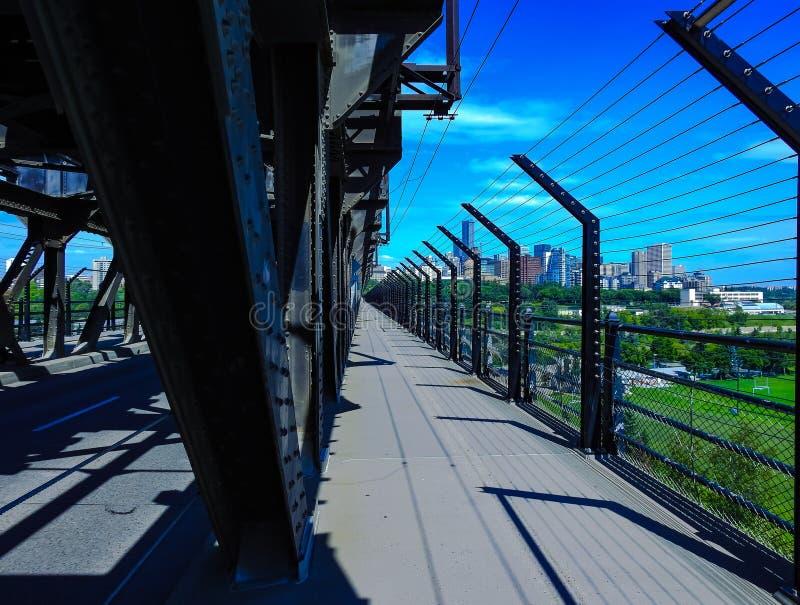 Идти проходит дальше высоководный мост в Эдмонтоне, Альберте, Канаде Принятый на солнечный летний день стоковая фотография rf