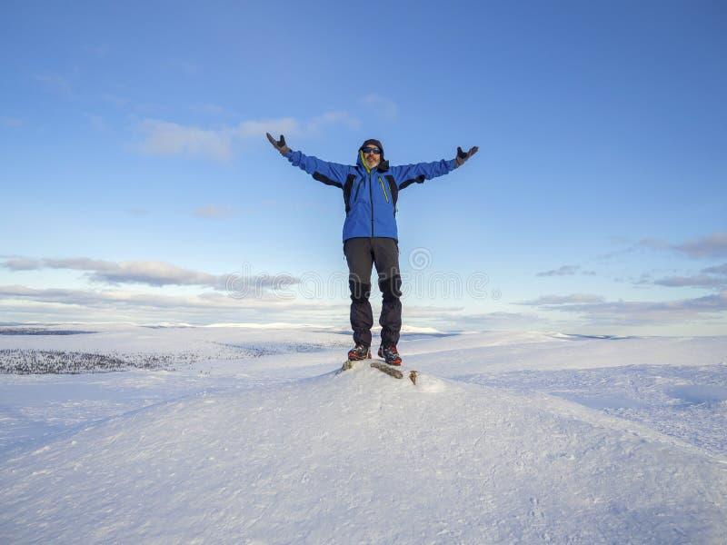 Идти снег горы зимы с лыжником на верхней части стоковое фото rf