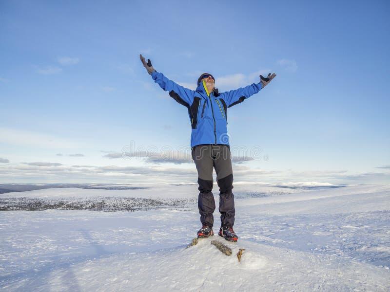 Идти снег горы зимы с лыжником на верхней части стоковые фотографии rf