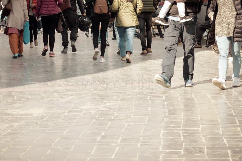 Идти через толпу улицы Толпа улицы скрещивания пешеходов в городе, люди идя в улицу Большая городская жизнь стоковые изображения