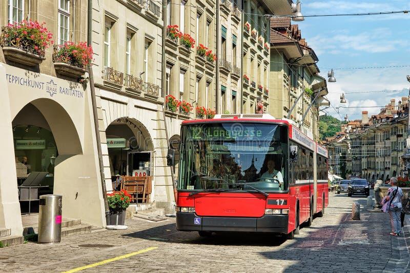 Идущие трамвай и люди на улице Kramgasse в Bern стоковое фото rf