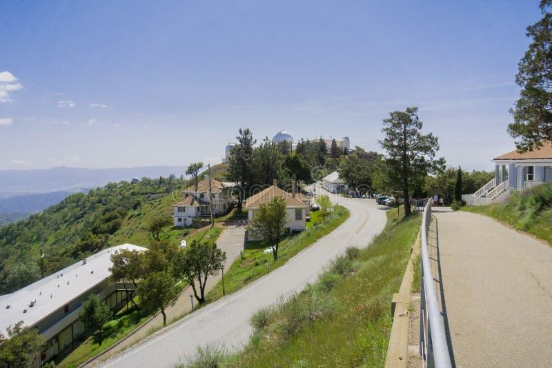 Идущ вокруг вылижите комплекс обсерватории поверх Mt Гамильтона, Сан-Хосе, юга San Francisco Bay, Калифорния стоковые фотографии rf