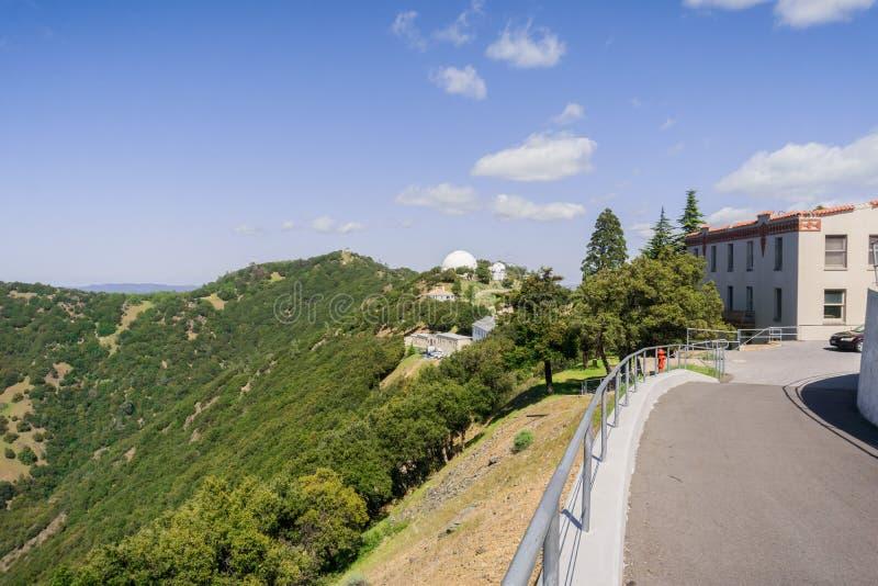 Идущ вокруг вылижите комплекс обсерватории поверх Mt Гамильтона, Сан-Хосе, юга San Francisco Bay, Калифорния стоковые фото