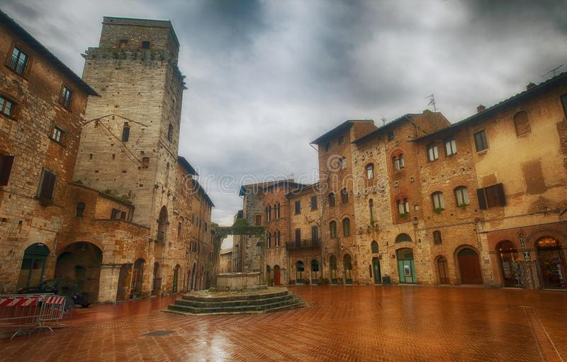 Идущ дождь в San Gimignano, Тоскана стоковые изображения