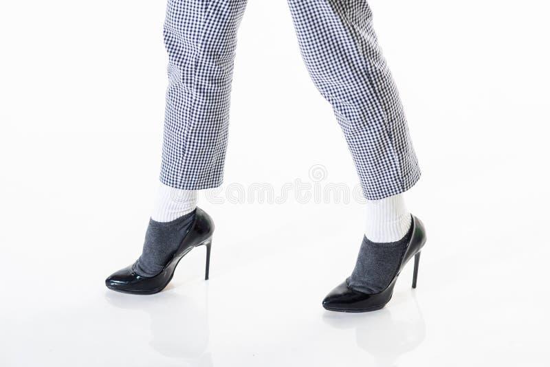идя женщина в черных ботинках магазин ботинка Способ и красотка Стиль джинсовой ткани женские ботинки отклоняют Ноги на белизне стоковое фото rf