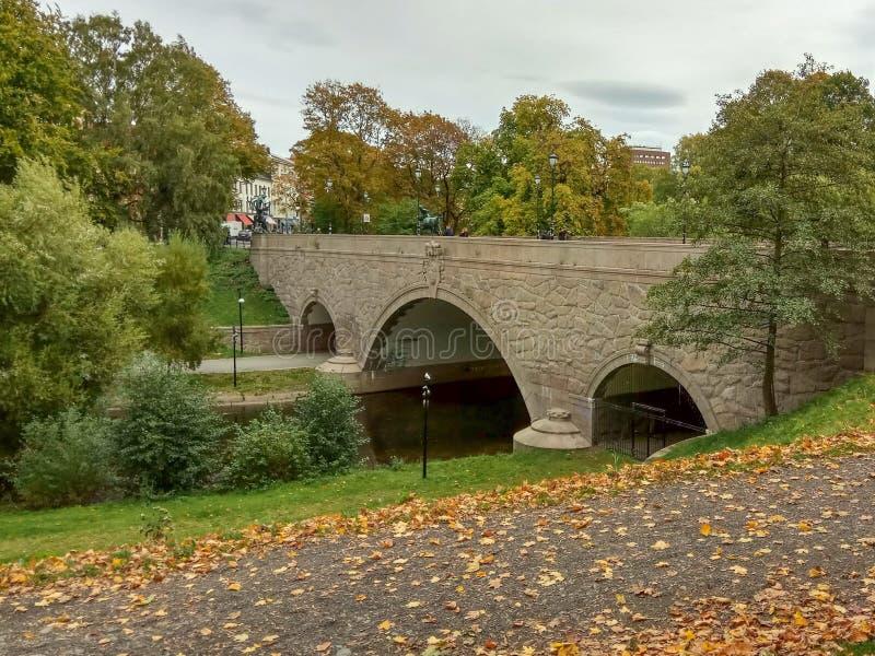 Идя путь вдоль реки в городе в осени Река Akerselva в Осло, Норвегии стоковые изображения rf