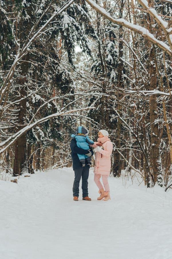 Идя семья с ребенком Семья идет в природу в зиме Прогулка семьи зимы в природе Много снег стоковая фотография rf