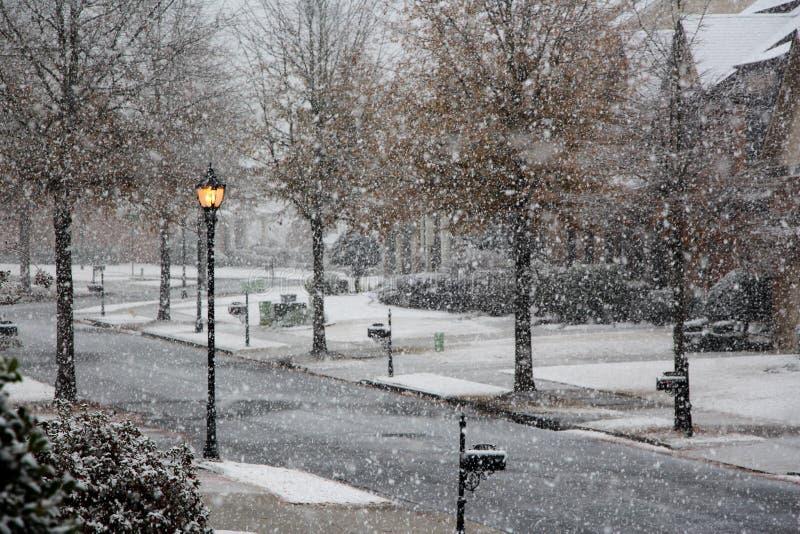 Идя снег зимний день на улице стоковые фото