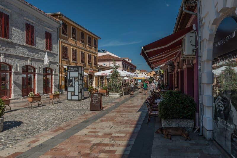 Идя улица в городе Shkodra, северной Албании стоковые изображения