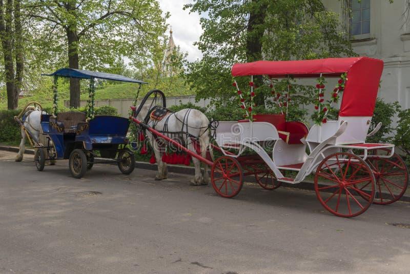 Идя экипажи нарисованные лошадями в старых улицах Suzdal E стоковые изображения rf