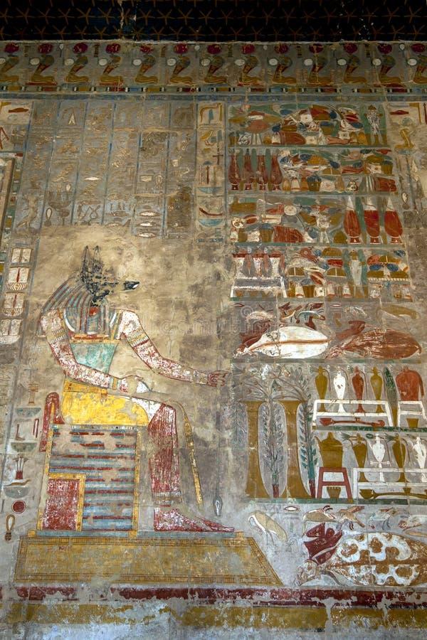 Иероглиф показывая Anubis собачий бог умерших на виске Hatshepsut на al-Bahari Deir около Луксора в центральном Египте стоковые изображения rf
