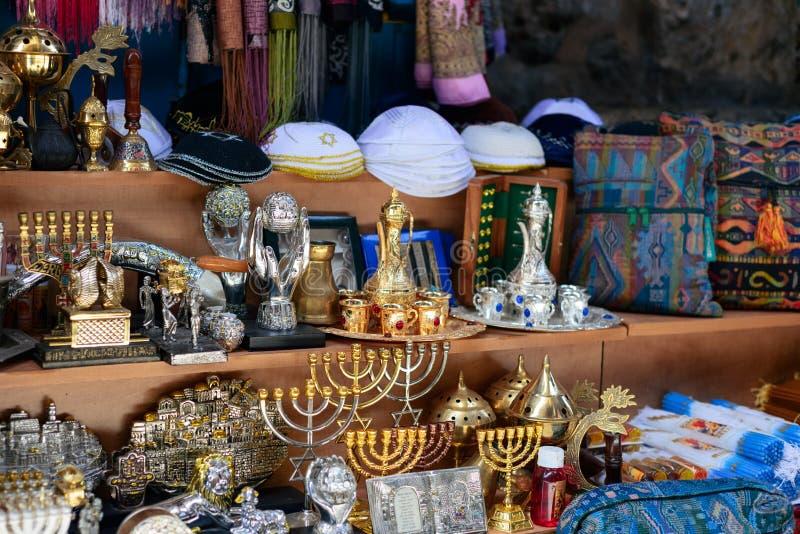 ИЕРУСАЛИМ, ИЗРАИЛЬ - АПРЕЛЬ 2017: подсвечники Хануки на магазине сувенира Иерусалима стоковые фотографии rf