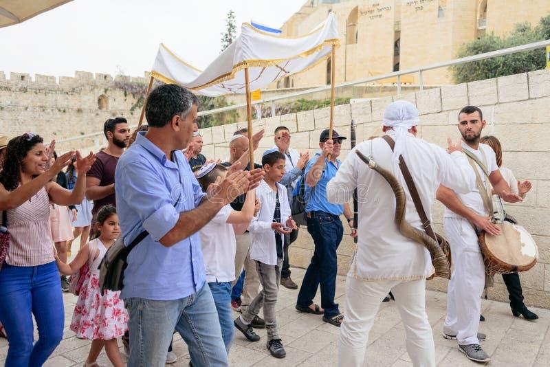 ИЕРУСАЛИМ, ИЗРАИЛЬ - АПРЕЛЬ 2017: Ритуал бар-мицва на Wesern стоковые изображения rf