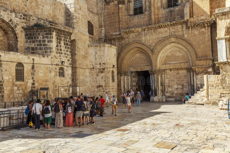 Иерусалим, Израиль, 09/11/2016: Группа в составе туристы на входе к виску святого Sepulcher в Иерусалиме стоковое изображение