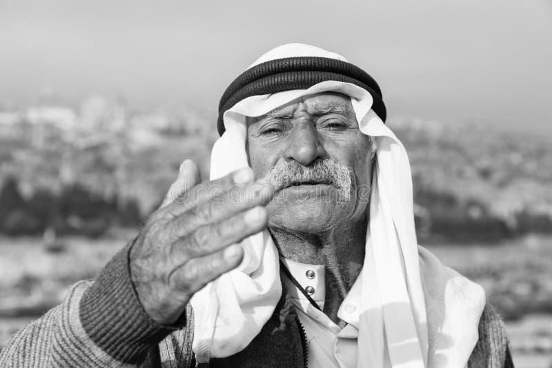 ИЕРУСАЛИМ, ИЗРАИЛЬ - декабрь 2016: Арабская волна человека к миру стоковые изображения