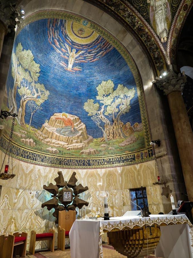 ИЕРУСАЛИМ, ИЗРАИЛЬ - 13-ОЕ ИЮЛЯ 2015: Потолок мозаики в церков всех наций стоковое фото rf