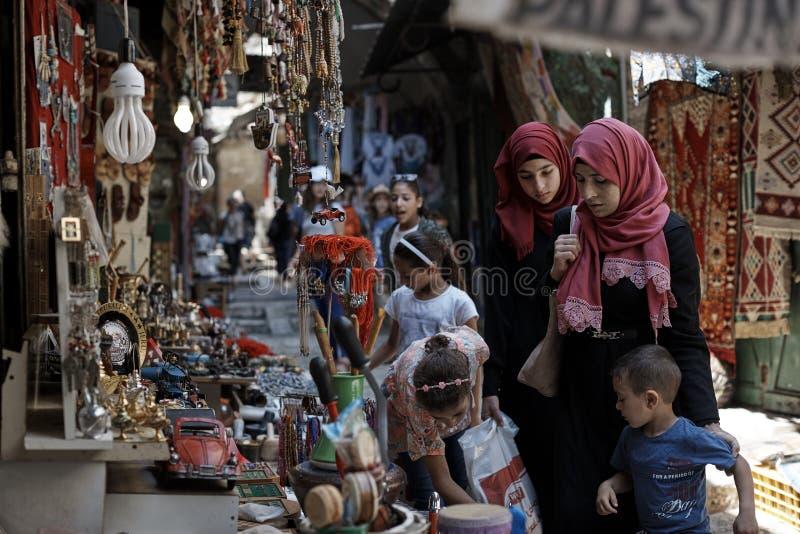 ИЕРУСАЛИМ - ОКОЛО женщины августа 2018 мусульманские и еврейский человек идет около ежедневная жизнь в еврейском квартале старого стоковое фото