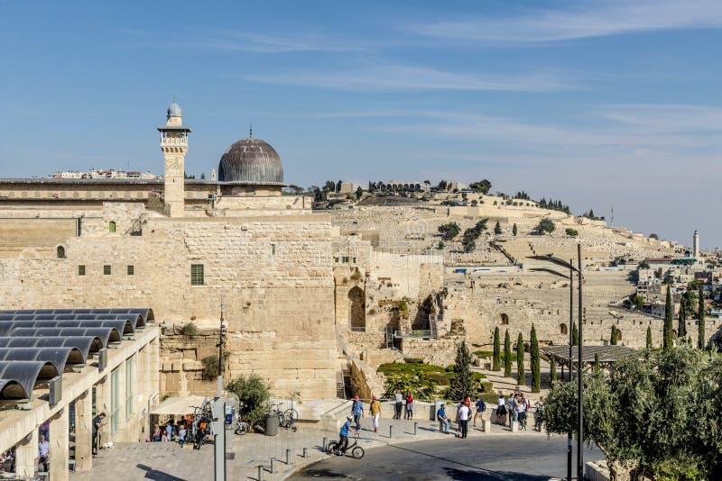 ИЕРУСАЛИМ основа стробирует и крепостные стены старого города стоковое фото rf