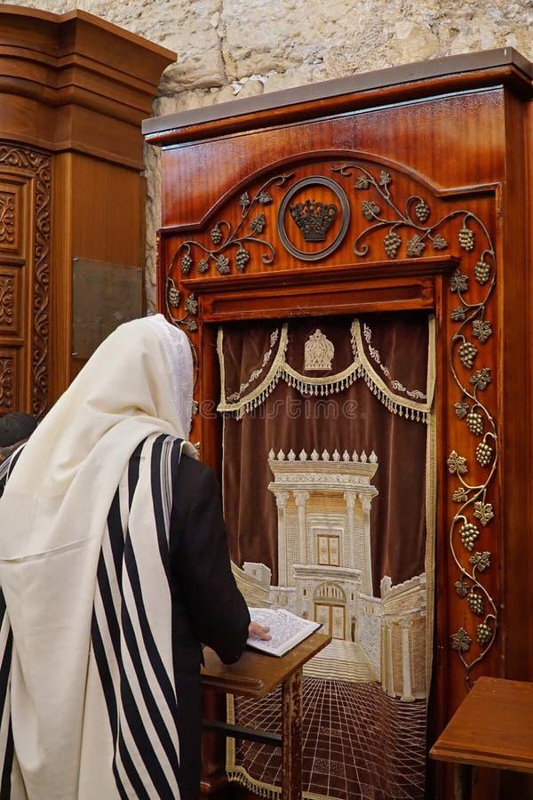 ИЕРУСАЛИМ - Шаль молитве еврейского человека нося стоковое фото rf