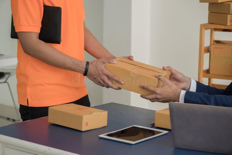 Избавитель давая коробку пакета к бизнесмену стоковые фотографии rf
