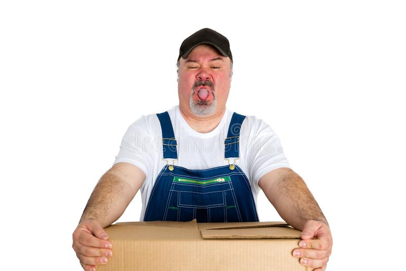 Избавитель нося тяжелую картонную коробку стоковые изображения rf
