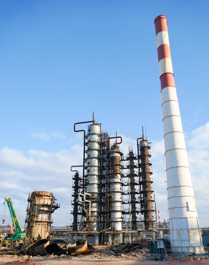 Избавление технологической установки для изготовления светлых нефтяных продуктов на рафинадном заводе в России стоковая фотография