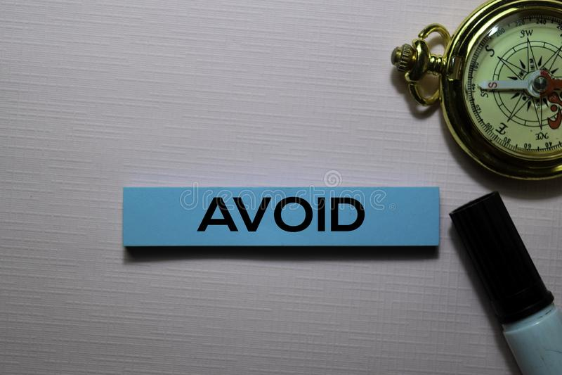 Избегите текста на липких примечаниях на столе офиса стоковая фотография