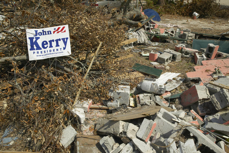 Изберите президента Джона Керри и твердые частицы перед домом тяжело ударили ураганом Иваном в Pensacola Флориде стоковые изображения
