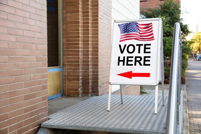 Избирательного пункта голосования знак здесь на борту стоковые изображения rf