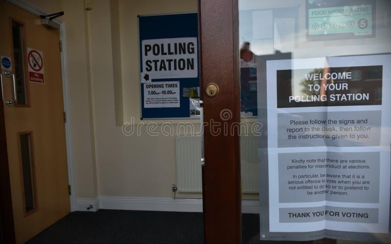 Избиратель Великобритании идет к спискам избирателей на супер четверге стоковое изображение rf