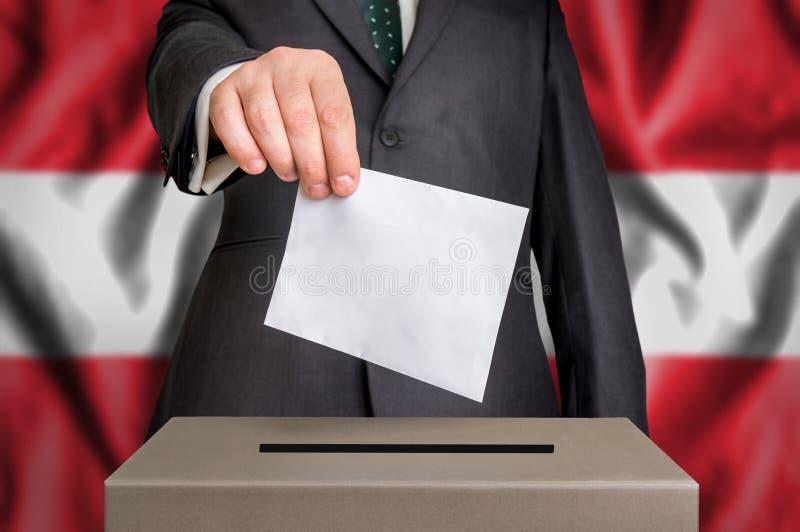 Избрание в Австрии - голосующ на урне для избирательных бюллетеней стоковые изображения