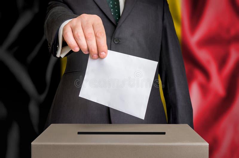 Избрание в Бельгии - голосующ на урне для избирательных бюллетеней стоковая фотография rf