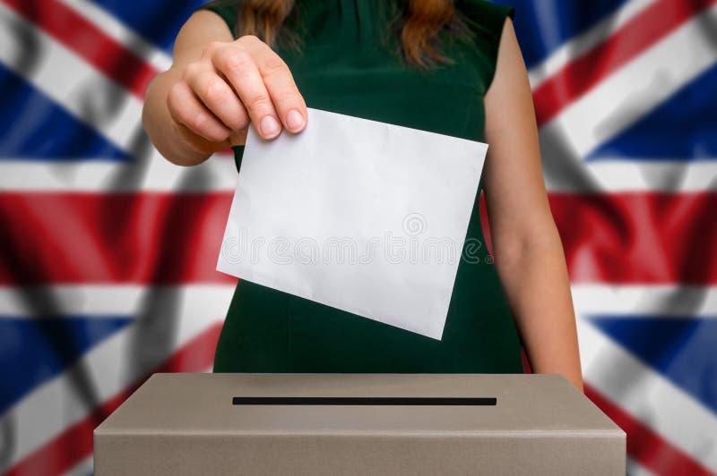 Избрание в Великобритании - голосующ на урне для избирательных бюллетеней стоковое фото rf