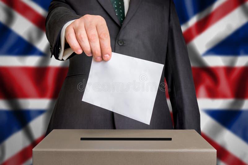 Избрание в Великобритании - голосующ на урне для избирательных бюллетеней стоковая фотография rf