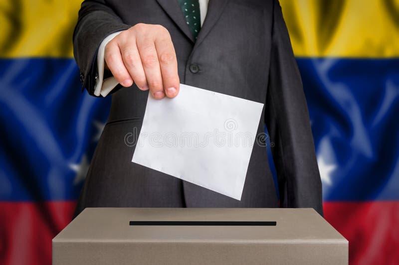 Избрание в Венесуэле - голосующ на урне для избирательных бюллетеней стоковые изображения rf