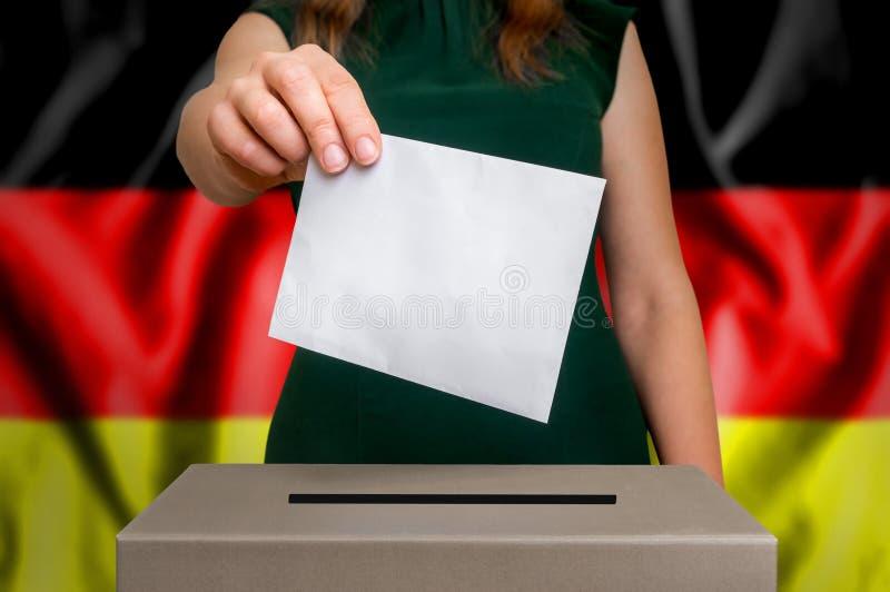 Избрание в Германии - голосующ на урне для избирательных бюллетеней стоковые изображения rf