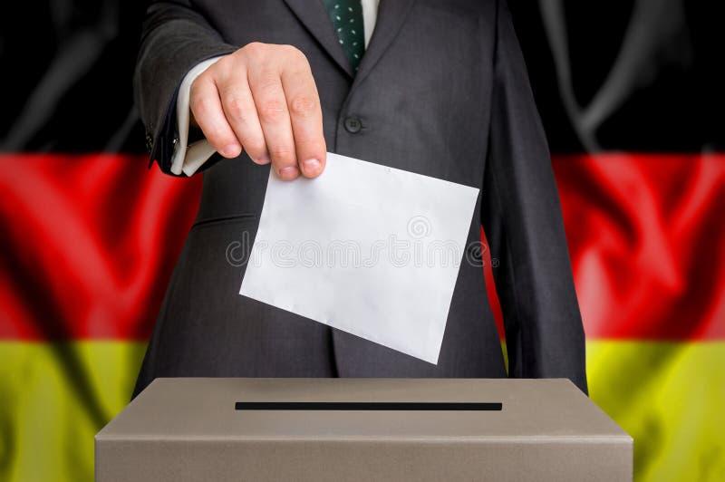 Избрание в Германии - голосующ на урне для избирательных бюллетеней стоковое изображение