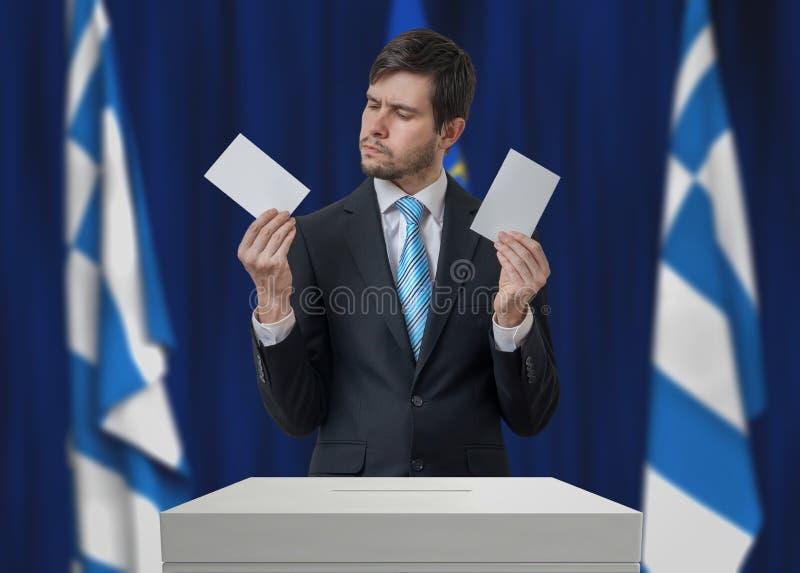 Избрание в Греции Нерешительный избиратель принимает решениее стоковая фотография