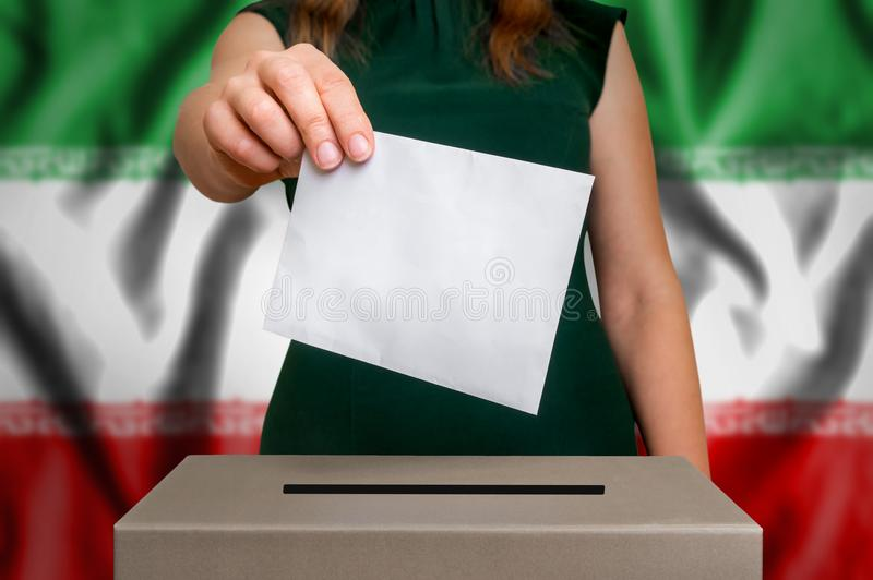 Избрание в Иране - голосующ на урне для избирательных бюллетеней стоковые фотографии rf
