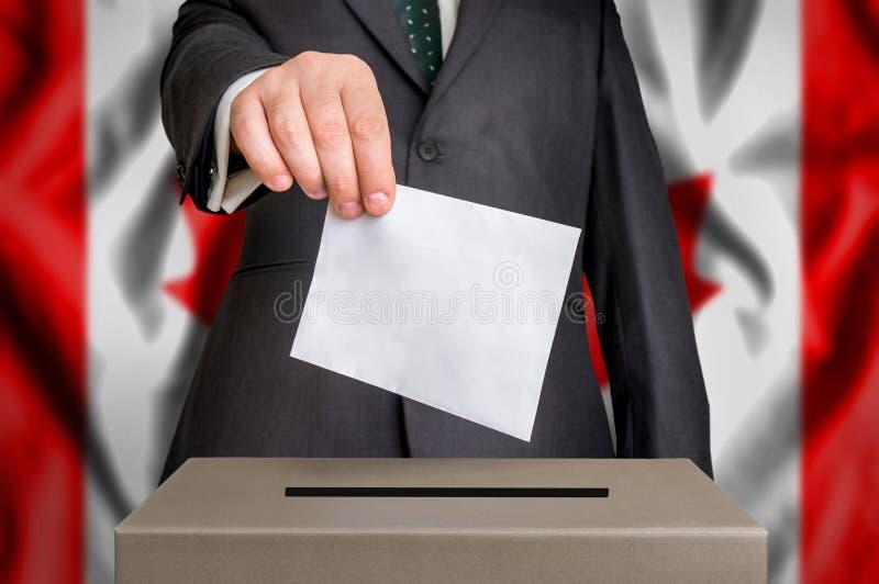 Избрание в Канаде - голосующ на урне для избирательных бюллетеней стоковые фото