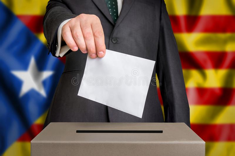 Избрание в Каталонии - голосующ на урне для избирательных бюллетеней стоковые изображения rf