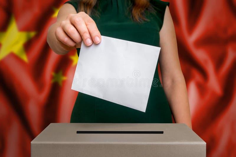 Избрание в Китае - голосующ на урне для избирательных бюллетеней стоковые фото