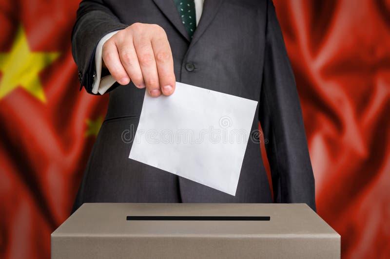 Избрание в Китае - голосующ на урне для избирательных бюллетеней стоковое фото rf