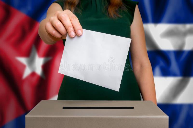 Избрание в Кубе - голосующ на урне для избирательных бюллетеней стоковые фотографии rf