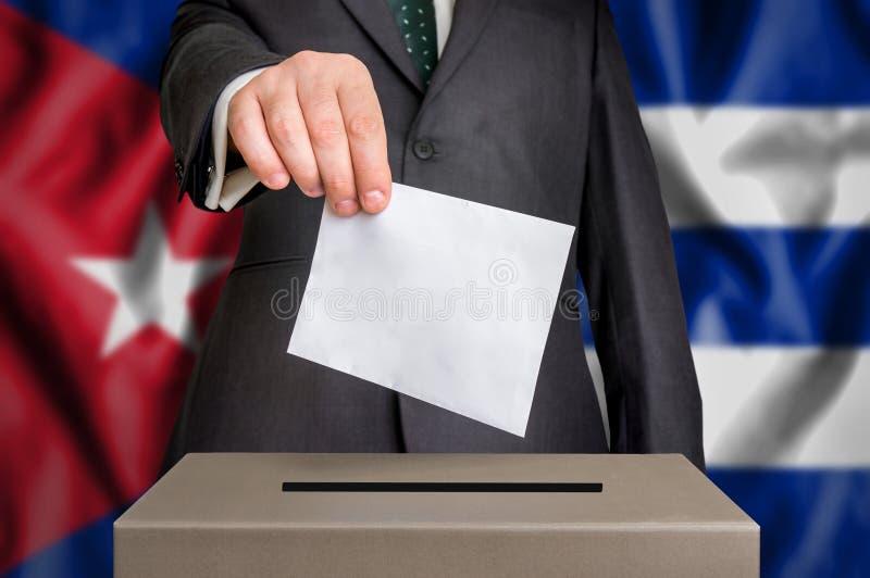 Избрание в Кубе - голосующ на урне для избирательных бюллетеней стоковая фотография rf