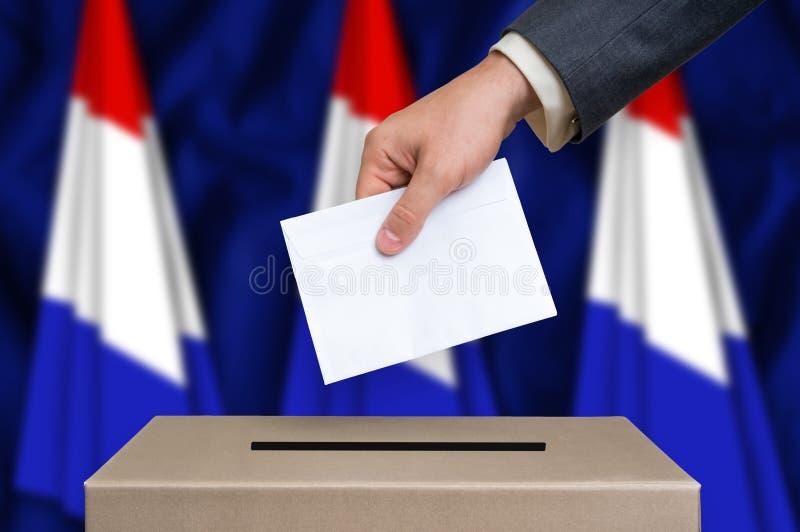 Избрание в Нидерландах - голосующ на урне для избирательных бюллетеней стоковые изображения rf