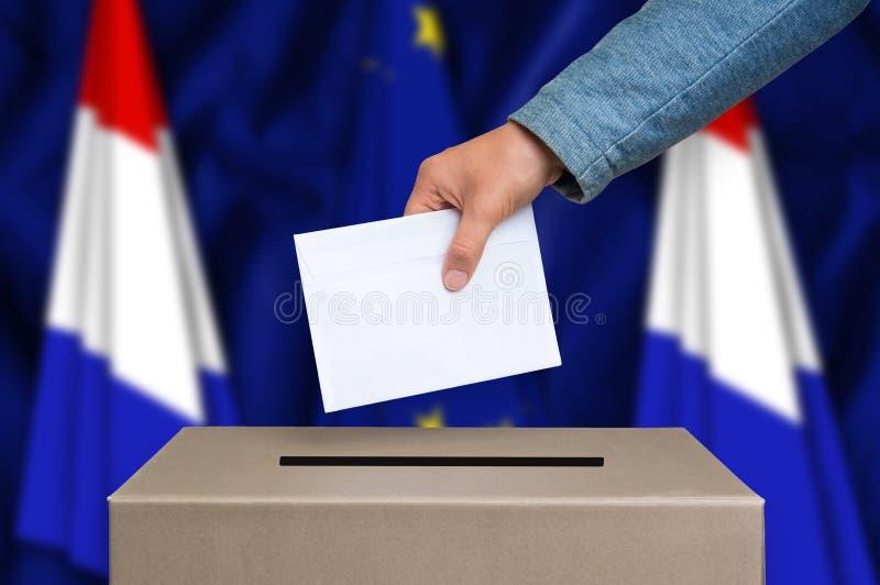 Избрание в Нидерландах - голосующ на урне для избирательных бюллетеней стоковое изображение