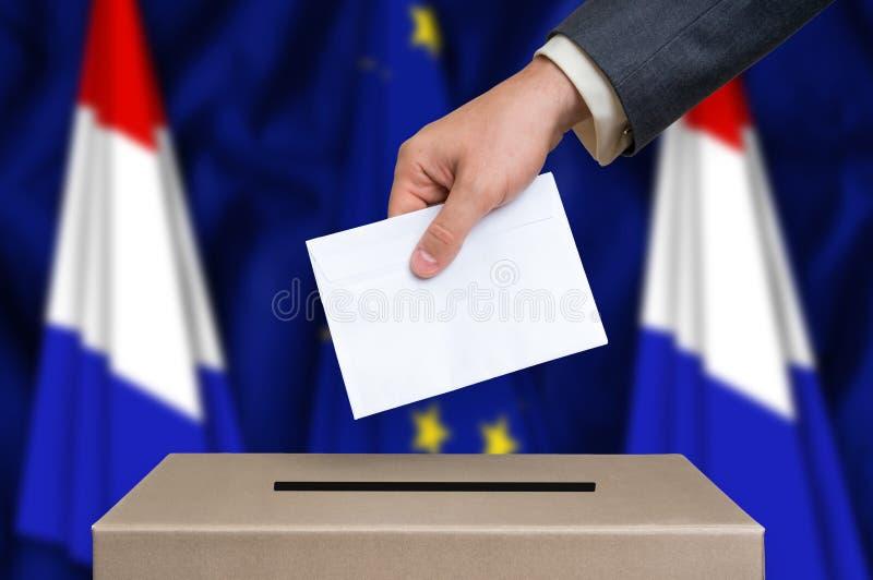 Избрание в Нидерландах - голосующ на урне для избирательных бюллетеней стоковые фото