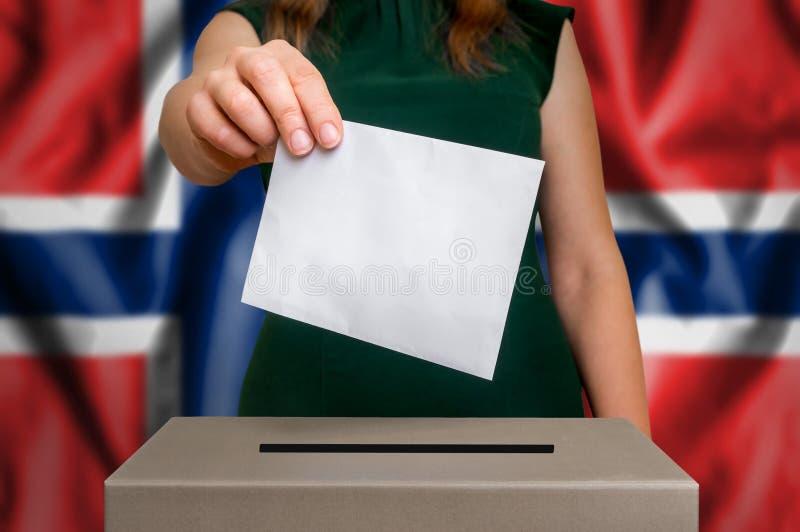 Избрание в Норвегии - голосующ на урне для избирательных бюллетеней стоковые фотографии rf