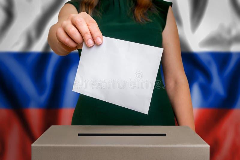 Избрание в России - голосующ на урне для избирательных бюллетеней стоковое фото